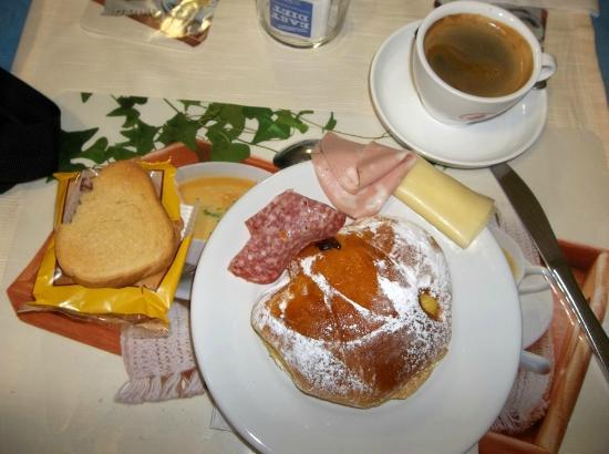 Hotel Il Poeta Dante: Candid shot of continental breakfast
