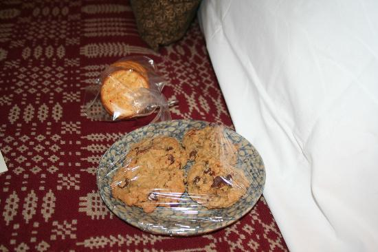 The Inn at Hermannhof: Fresh baked cookies upon arrival and the crackers that went with the sausage and cheese plate.