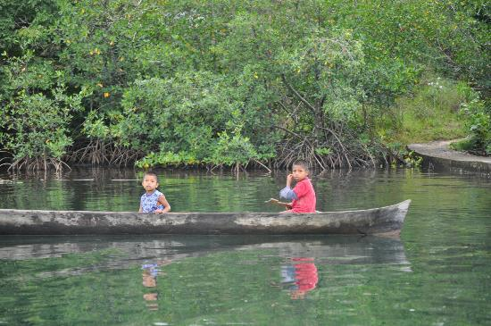 Laguna Azul Eco Lodge: Local kids