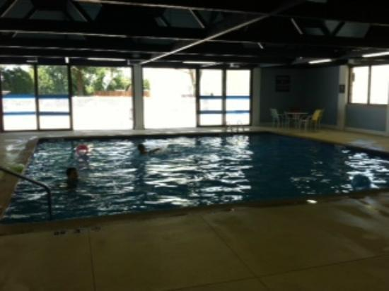 Four Points by Sheraton Kalamazoo: Nice open doors at the pool