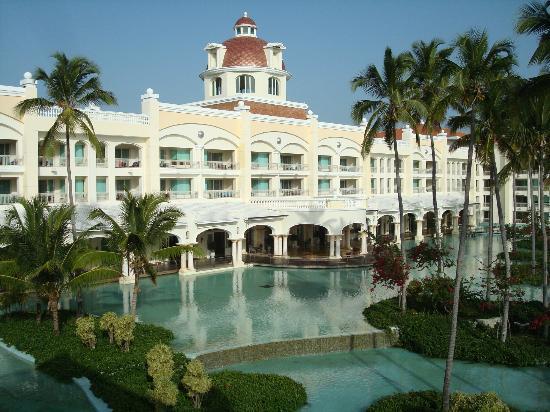 Iberostar Grand Hotel Bavaro: Hotel y lago