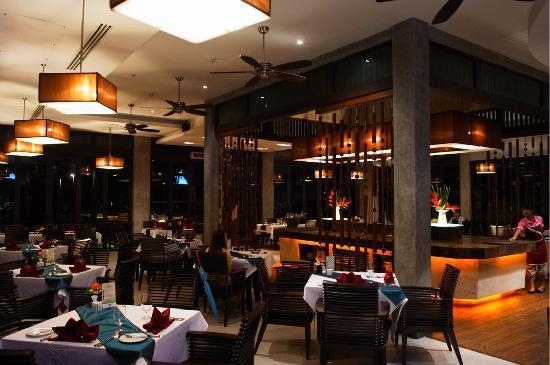 Wyndham Sea Pearl Resort Phuket: Beautiful restaurant at night