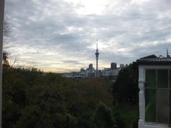 Verandahs Backpackers Lodge: View of Auckland from balcony