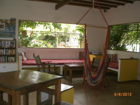 Pagalu Hostel: lobby/eating/reading place
