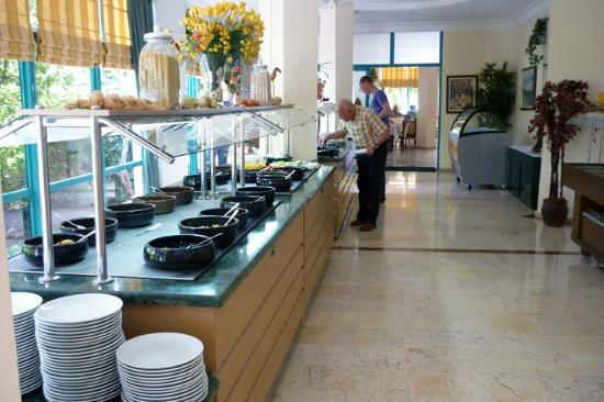 Tropikal Hotel: Salad served from here