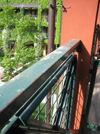 Parc Hotel Gritti: Grotty balcony - let a lovely room down