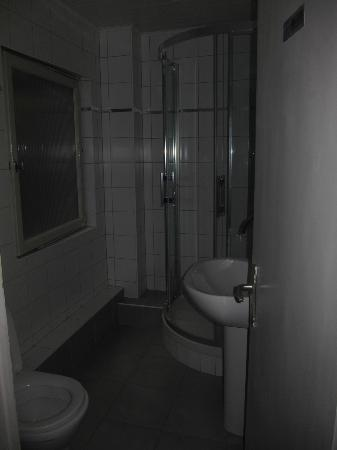 Hotel Le Colmar: Shared bathroom on 4th floor