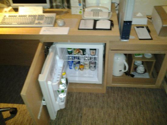 Hotel Associa Shizuoka: Minibar-automatic opening door