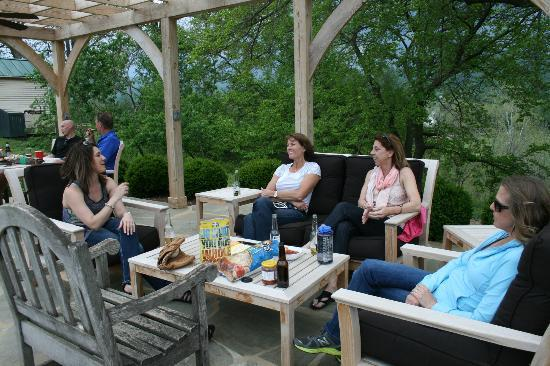 The Inn at Mount Vernon Farm: Enjoying the outdoor pergola