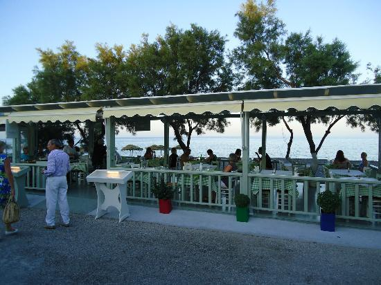 Vassilikos Restaurant: Out door seating along the beach area of Kamari and eastern sea shore.