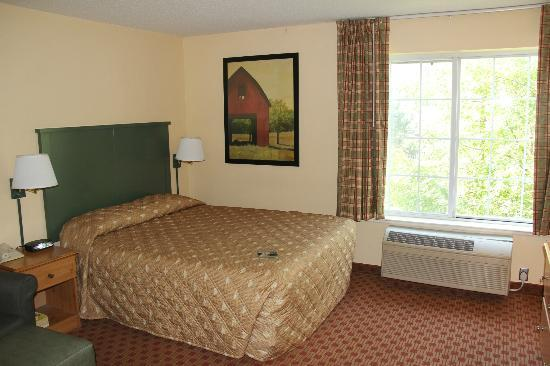 Extended Stay America - Kansas City - Country Club Plaza: Bed, one window.