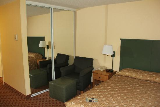 Extended Stay America - Kansas City - Country Club Plaza: chair, bed, closet.
