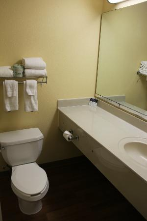 Extended Stay America - Kansas City - Country Club Plaza: Fresh towels included.