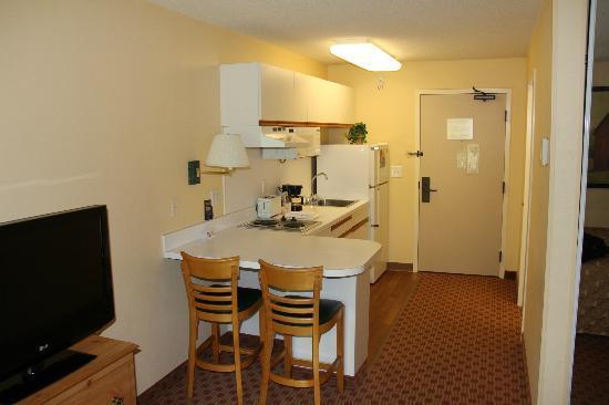 اكستندد ستاي أمريكا - كانساس سيتي: Kitchen, dining bar.