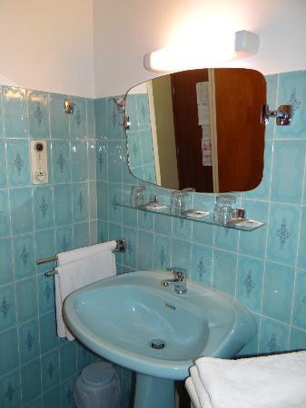 Hotel Restaurant Sous l'Olivier: Salle de bain...