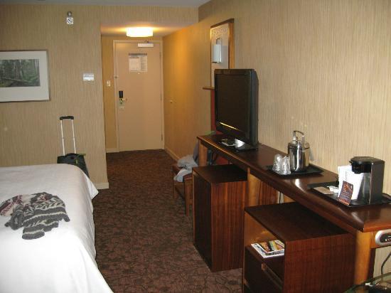 Sheraton Vancouver Airport Hotel: Door to the slamming