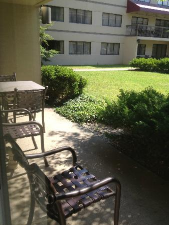 DoubleTree Suites by Hilton Indianapolis-Carmel: outside patio for room 128