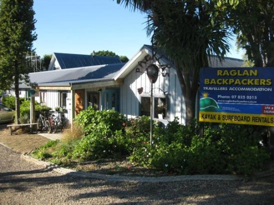 Raglan Backpackers and Waterfront Lodge: Front of hostel