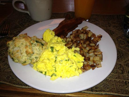 Gateway Guesthouse: Most amazing scrambled eggs ever, scone, bacon and potatoes.