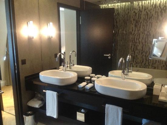 Schweizerhof Hotel & Spa: Room - bathroom