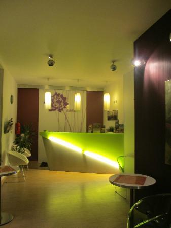 Dahlia Inn: Front room