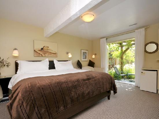 A Downtown Victoria Bed and Breakfast: Deluxe King Garden Patio Room