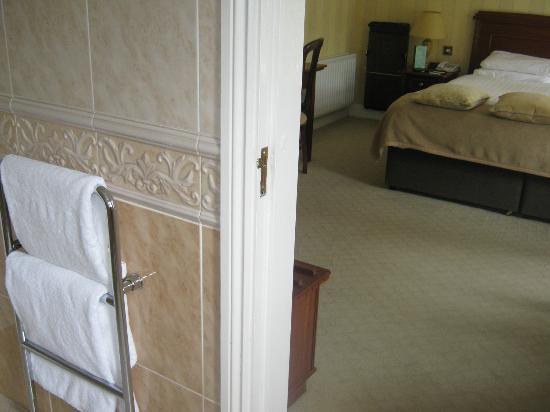 Ballygarry House Hotel & Spa: vista do banheiro para quarto