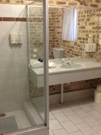 Sir Francis Drake Inn: Spacious Bathroom