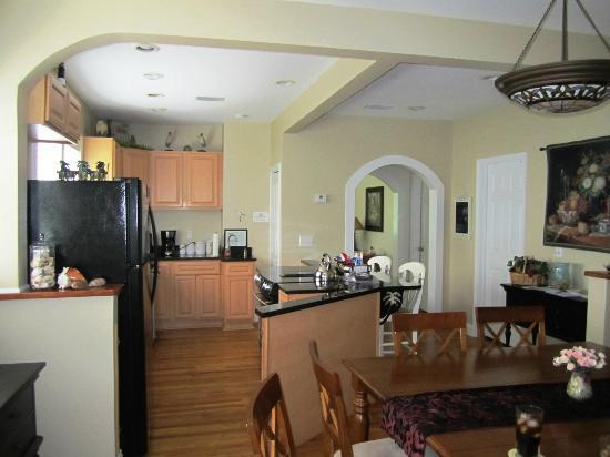 Tiki Palms Inn : Kitchen and dining