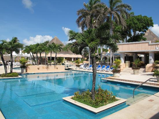 Omni Puerto Aventuras Beach Resort: Lovely pool areas