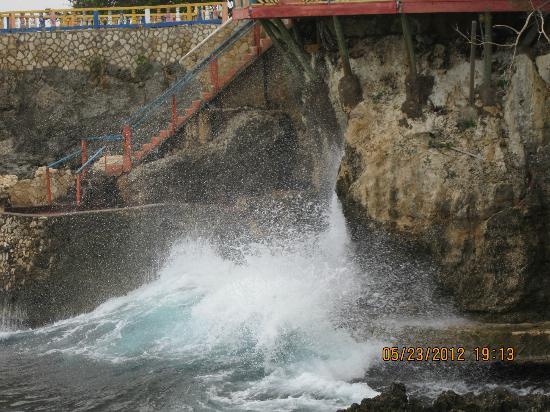 Xtabi Resort: Water splashes up under #1