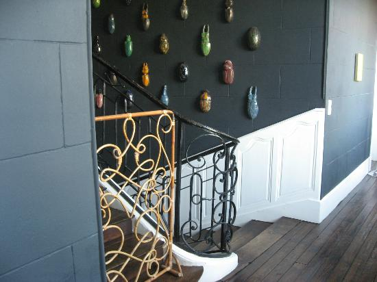 Chateau de la Resle : Hallway with scarab installment