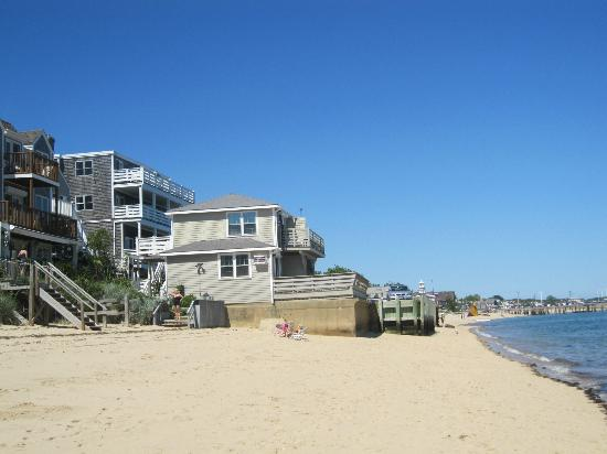Dyer's Beach House: A view of the motel from the beach.