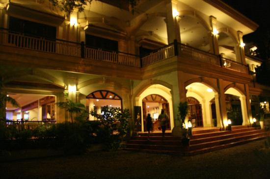 Grand Sunset Angkor Hotel: THE HOTEL FACADE BY NIGHT