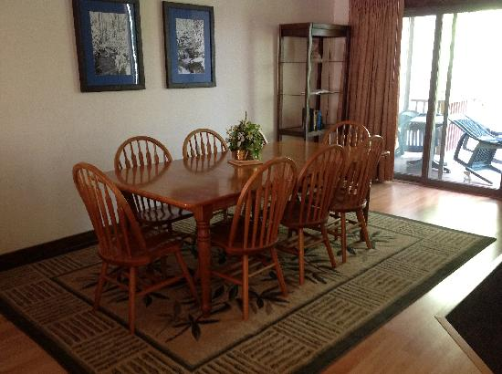 Mountainside Villas: Family dining area