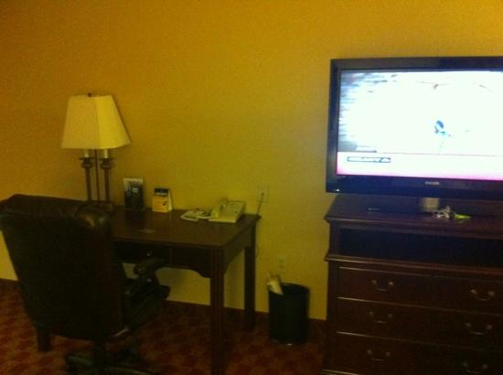 Best Western Longview: big flat screen with a study