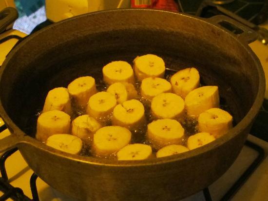 Casita Corcovado: making Patacones