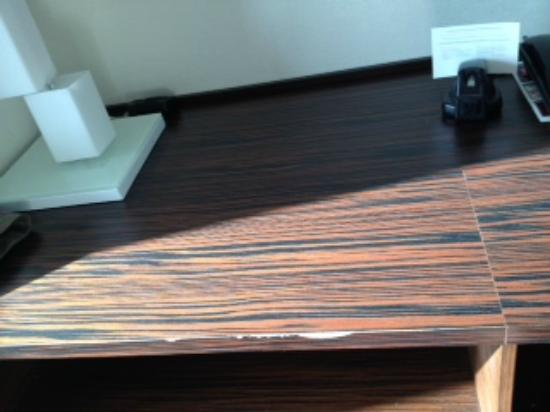 Palms Place Hotel and Spa: Chipped, faux-wood laminate on desk