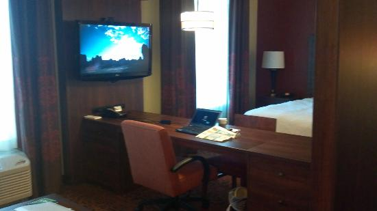 Hampton Inn & Suites Scottsdale/Riverwalk: TV/Workstation/Desk