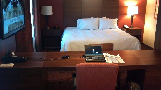 Hampton Inn & Suites Scottsdale/Riverwalk: View of the bed from sofa through desk area.