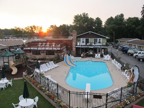 Black Hawk Motel: Outdoor pool w/ slides and diving board and our expanded playground