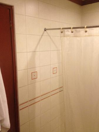 Hotel Veniz: The shower curtain didn't cover the width of the whole shower area