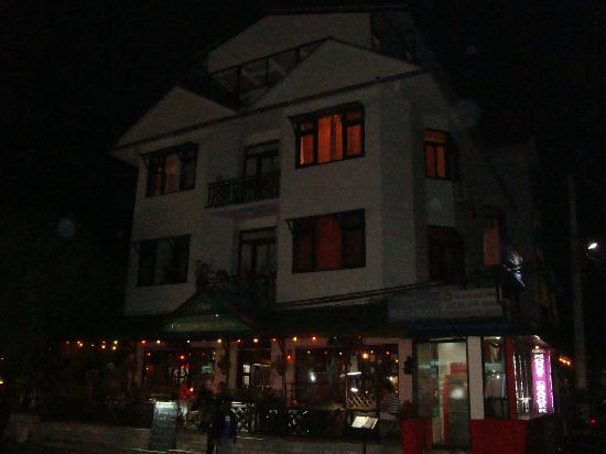 Hotel Meera : Front side (night view)