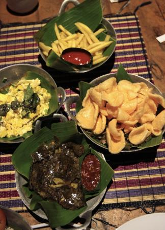 Imah Seniman: the variation menu always serve in banana leaf