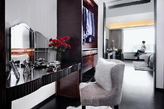 Fraser Suites Top Glory Shanghai: Walk-in Closet