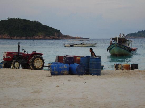 Sari Pacifica Hotel, Resort & Spa - Redang Island: scarico barili di carburante 4