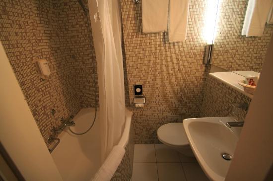 Comfort Hotel Royal Zurich : Single room en-suite bathroom
