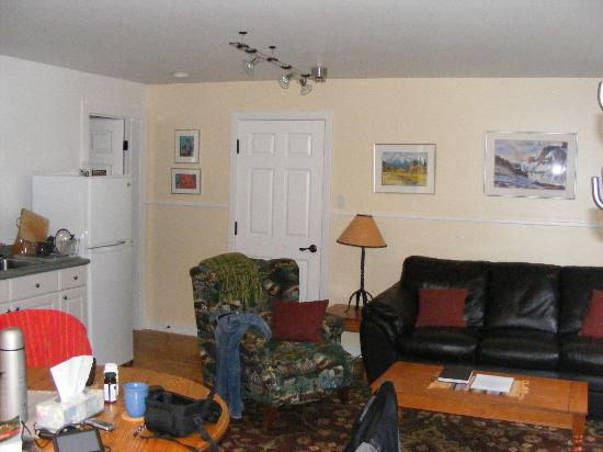 Canadian Rockies Inn: Main room