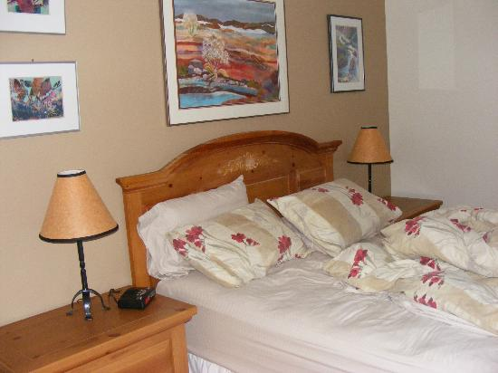 Canadian Rockies Inn: Master bedroom