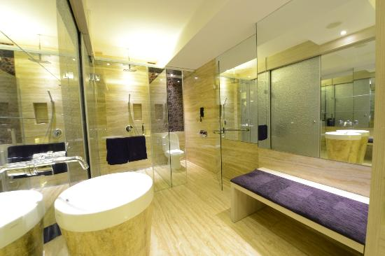 Grand Mega Resort & Spa: Spacious and Ellegant Bathroom